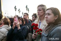 Вечер памяти жертв теракта в Питере, Манежная площадь. Москва, девушки, гвоздики, скорбь, питер мы с тобой