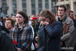 Вечер памяти жертв теракта в Питере, Манежная площадь. Москва, гвоздики, скорбь