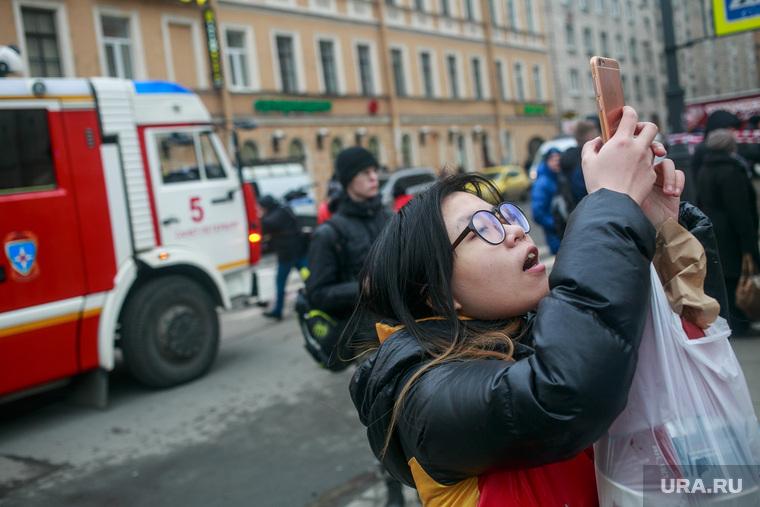 Теракт в Санкт-Петербурге (перезалил). Санкт-Петербург, мемориал, китайские туристы, цветы, свечи, теракт