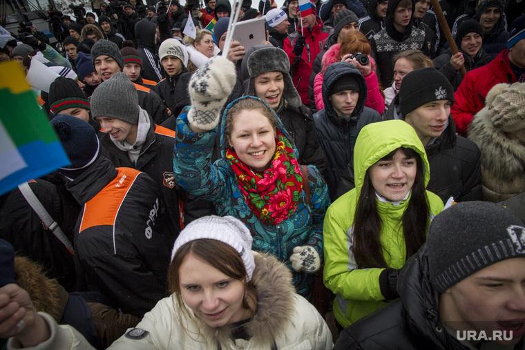 Торжественное открытие Олимпийских часов на Плотинке. Екатеринбург, толпа ликует, молодежь