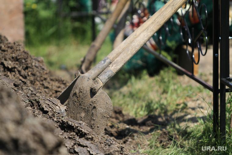 Новая Ляля. Похороны девочек, лопаты, земля