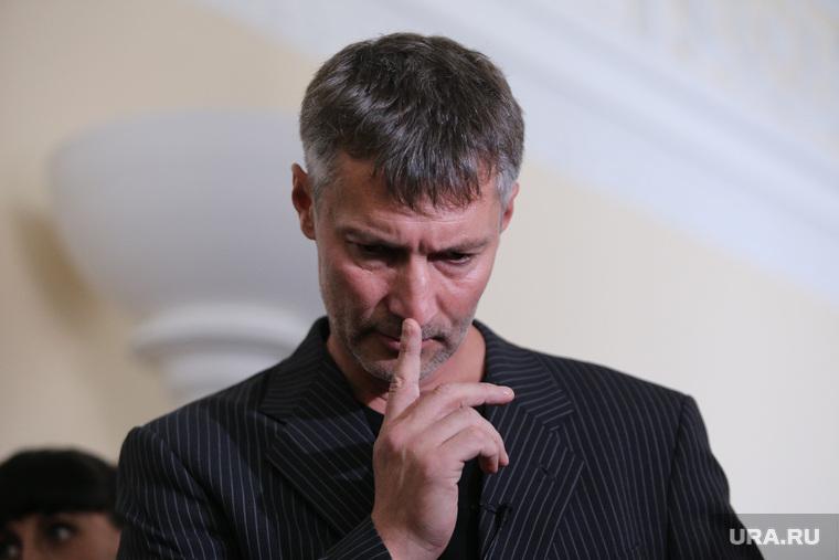 Утверждение Ройзмана мэром Екатеринбурга в горизбиркоме. администрация Екатеринбурга, ройзман евгений, задумчивость, указательный палец
