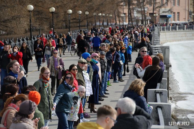 Акция Обнять пруд - 2. Екатеринбург, набережная городского пруда, акция обними пруд