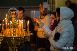 Празднование христианской Пасхи в Храме Святого великомученика Георгия Победоносца. Сургут, свечи, церковь, прихожане, православие, религия