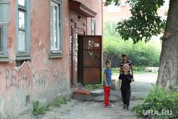 Аварийный дом улица Кирова 71Курган, аварийное жилье, дети у подъезда