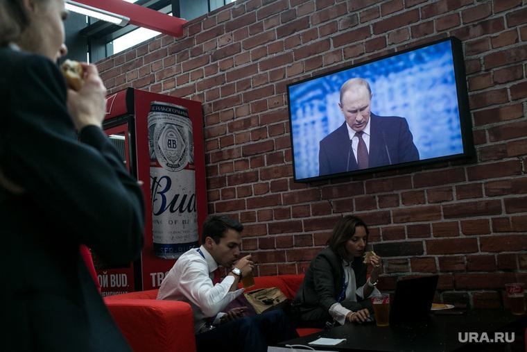 Петербургский международный экономический форум. Второй день. Санкт-Петербург, перекус, фастфуд, быстрое питание, пиво, кафе, пмэф-2016, путин на экране