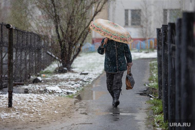 Снегопад в мае. Сургут, плохая погода, женщина с зонтом, снегопад