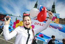 Первомайская демонстрация профсоюзов на Красной площади. Москва, девушка, шарики, первомай, демонстранты, праздник