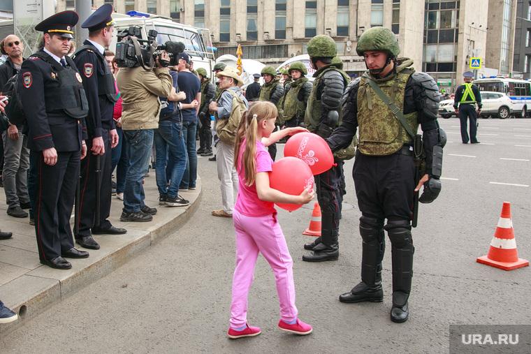 Несанкционированный митинг на Тверской улице. Москва, солдат, воздушные шарики, девочка, оцепление