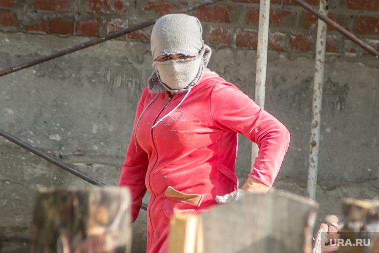 Пикет против застройщика Владимира Баскаля. Курган, гастарбайтерша, женщина в маске