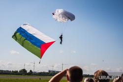 В гостях у Ютэйр. Тюмень, парашютист, флаг тюменской области
