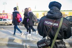 Вечер памяти жертв теракта в Питере, Манежная площадь. Москва, полицейский, девушки, весна