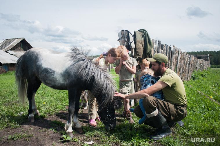 Многодетная семья фермеров из Нижнего Тагила. Свердловская область, деревня Черемшанка, лошадь, семья, деревня, пони, дети, сельская жизнь