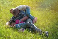 Открытая лицензия от 09.09.2016. семья, семья, трава, дети, обьятия