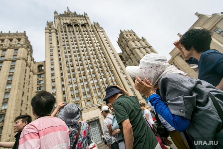 Партия роста, асфальт. Москва, шляпа, министерство иностранных дел РФ, граффити, мид россии, китайские туристы