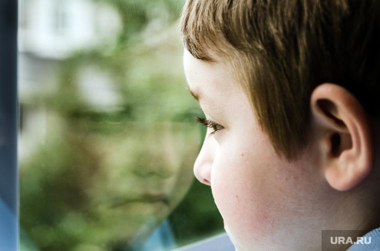 Клипарт depositphotos.com, ребенок, мальчик в окне, смотреть в окно, окно