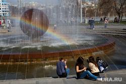 Весна в Екатеринбурге, радуга, фонтан, екатеринбург, октябрьская площадь, отдых горожан