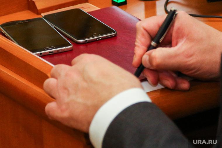Совещание у губернатора Курганской области. Курган., ручка, телефоны, руки чиновника