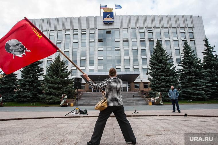 Здания. Тюмень, красный флаг, мэрия тюмени, администрация города