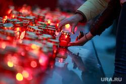 Вечер памяти жертв теракта в Питере, Манежная площадь. Москва, свечи, мемориал
