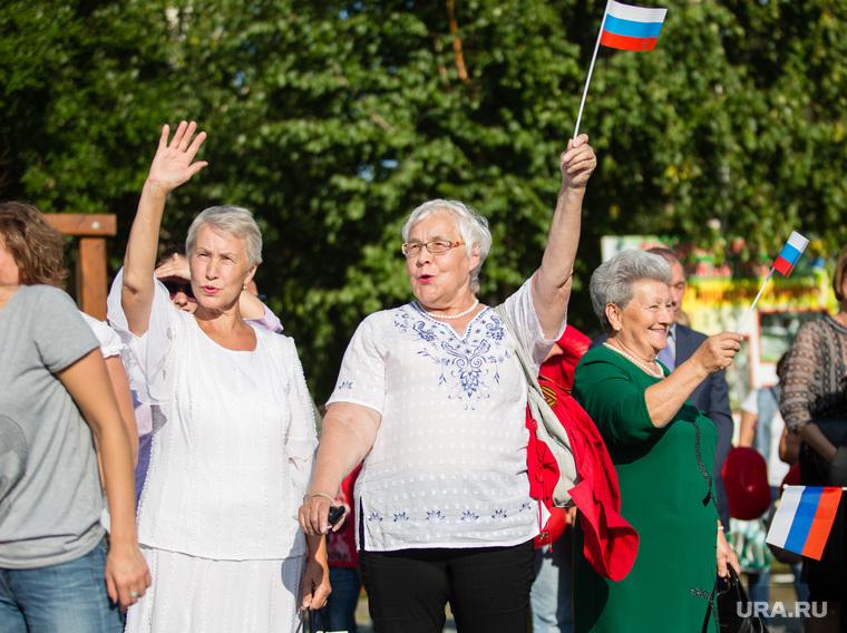 Торжественный митинг и автопробег в честь празднования дня Флага России. Сургут, флаг россии, пенсионеры
