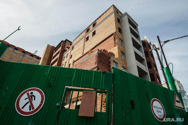 Долгострой на улице Ленина. Тюмень, опасная зона, многоэтажка, ворота закрыты, новострой, недвижимость, знак проход запрещен