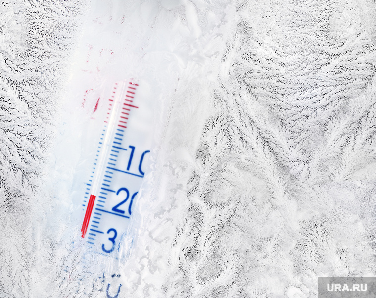 Граненый стакан, мороз, холод на улице, термометр, автомобильный аккумулятор, термометр, мороз, холод на улице, минусовая температура