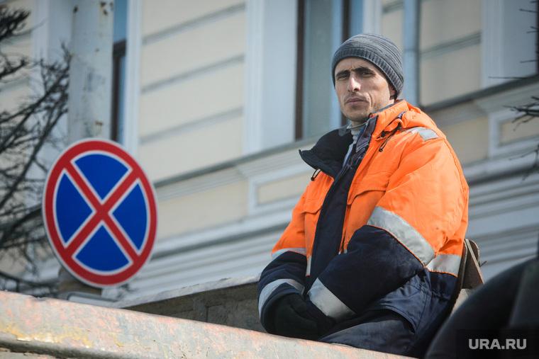 Поездка по придомовым территориям элитных домов. Екатеринбург, мигранты, гастарбайтеры, рабочий