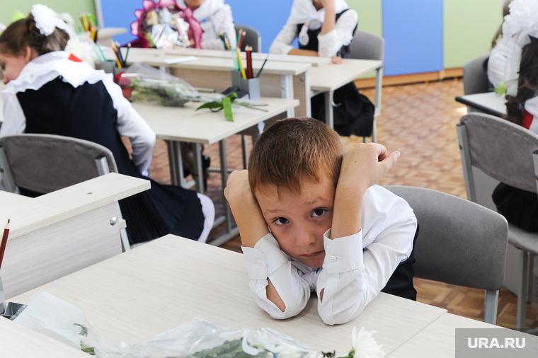 1 сентября линейка в школе 107 Челябинск, класс, школа, первоклассник
