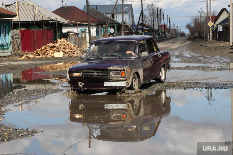 Забитые ливневые каналы Поселок Восточный  Курган, машина в воде