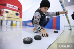Хоккейная эстафета с участием Автомоболиста к премьере сериала Молодежка на СТС, шайбы, аттракцион, хоккей, дети