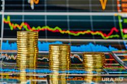 """Фондовая биржа,вор в законе, олигарх, криминальный авторитет, человек с топоромтабличка """"закрыто"""", пустой рекламный баннер, биржевые графики, фондовая биржа, инвестиции, фондовый рынок"""