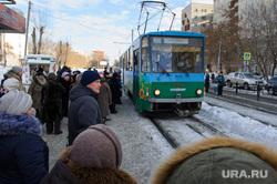 Общественный транспорт. Екатеринбург, толпа, трамвайная остановка, общественный транспорт, ожидание транспорта