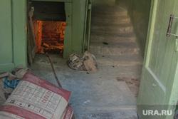 Жилые дома с отделениями полиции на первых этажах. Курган, подъезд дома, мешок с цементом