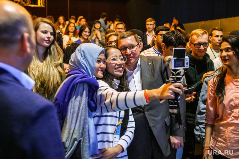 Открытие региональной программы XIX Всемирного фестиваля молодежи и студентов в Тюмени, туризм, якушев владимир, селфи, иностранцы, студенты, ВФМС