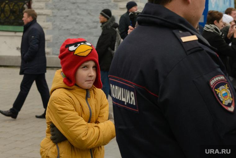 Разгон несанкционированной акции протеста сторонников Алексея Навального на Площади Труда. Екатеринбург, мальчик, ребенок, полиция, angry birds, энгри бердс, дети