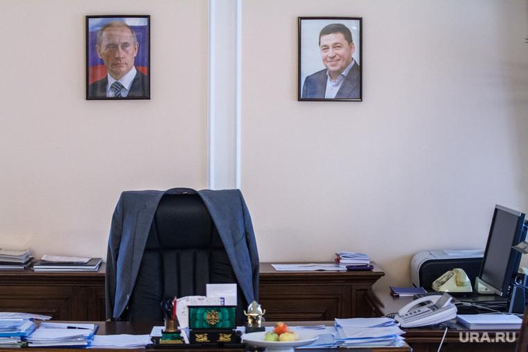 Интервью с Яковом Силиным. Екатеринбург, кабинет чиновника, портрет путина, портрет куйвашева