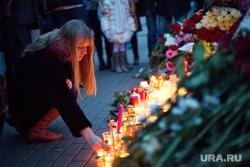 Цветы в память о жертвах терактов в Париже у посольства Франции. Москва, акция памяти, траур