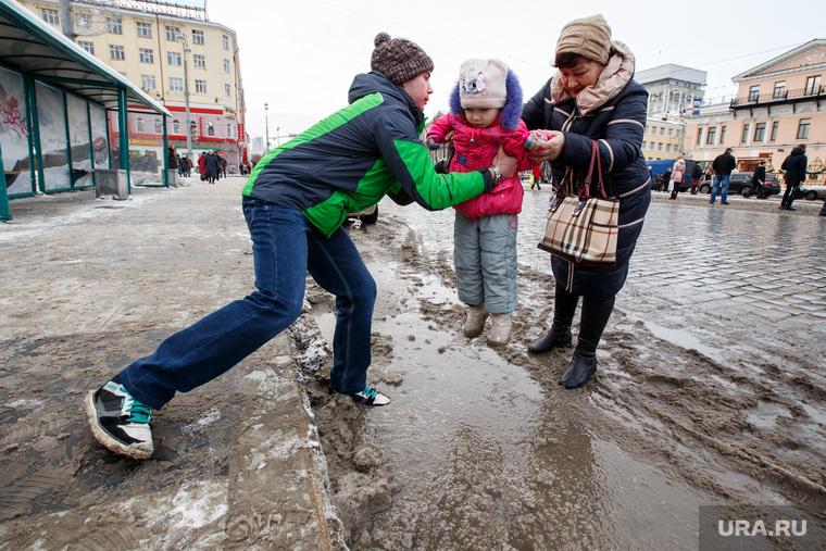 Лужи, грязь, снег в городе. Екатеринбург, поддержка, лужи, доброта, помощь, помощь, грязь на дороге, ребенок, грязь, взаимовыручка, переправа, площадь 1905года, дети, грязный снег
