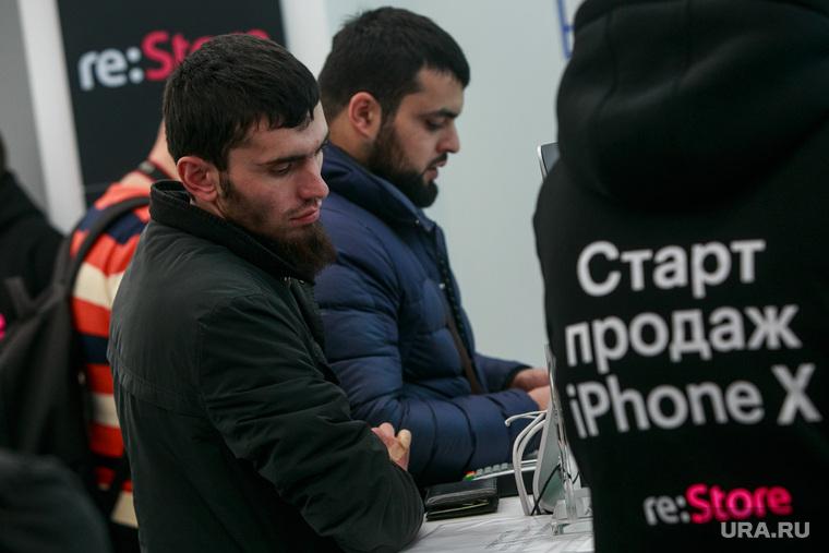 Старт продаж Apple IPhoneX в re:Store на Тверской, 27. Москва , кавказцы, старт продаж, бородачи