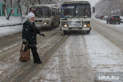 Снег в городе.Курган., пешеход, пазик, снег в городе, нечищенная дорога