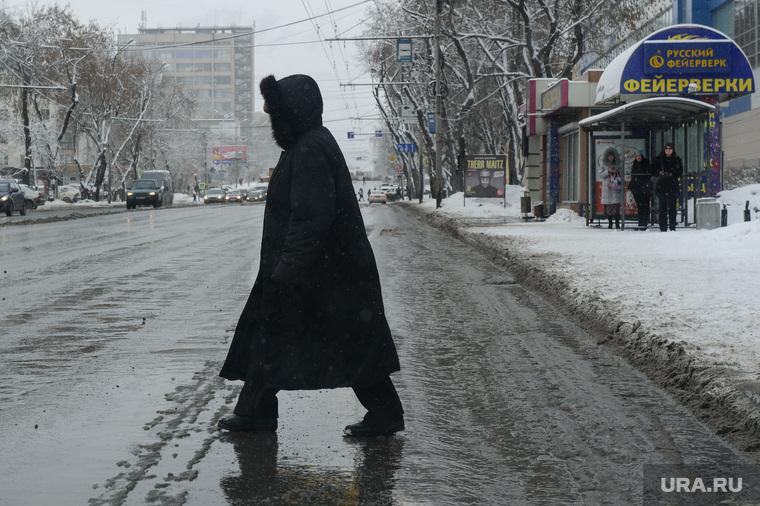 Мартовский снег в Екатеринбурге, снег, пешеходный переход, пешеход, грязь в городе, грязь, дорога, снег в городе, улица малышева