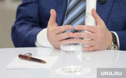 Пресс-конференция главы Нижневартовска Тихонова Василия, стакан воды, руки чиновника, тихонов василий