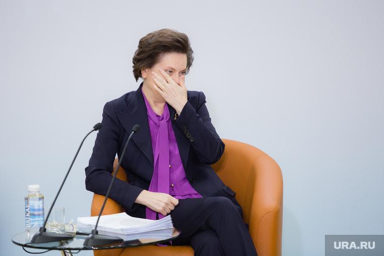 Пресс-конференция губернатора ХМАО-Югры Комаровой Натальи. Ханты-Мансийск, комарова наталья, закрывает лицо, рука лицо