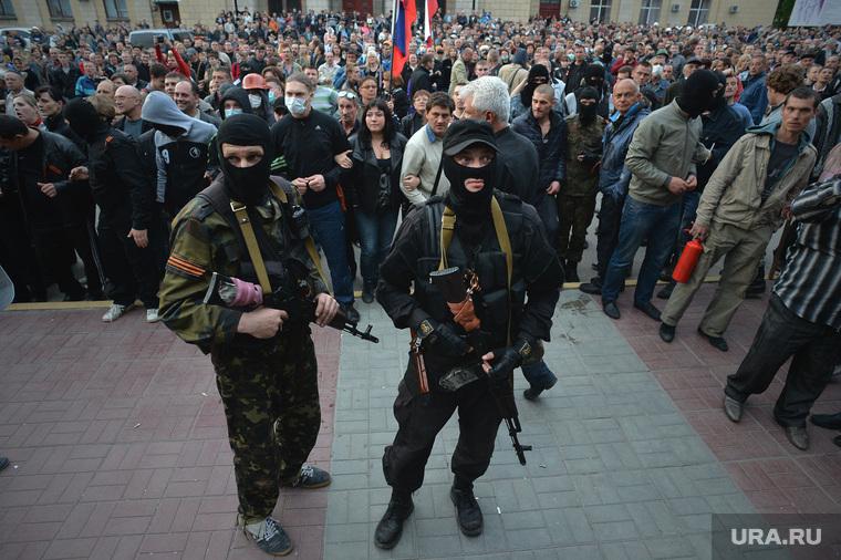 Ситуация на востоке Украины. Луганск. Захват здания МВД, толпа, луганск, захват мвд, ополченцы