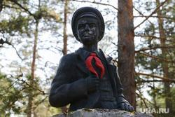 Рабочая поездка Бориса Дубровского в Трехгорный и Ашу, памятник, скульптура, пионер, пионерский галстук