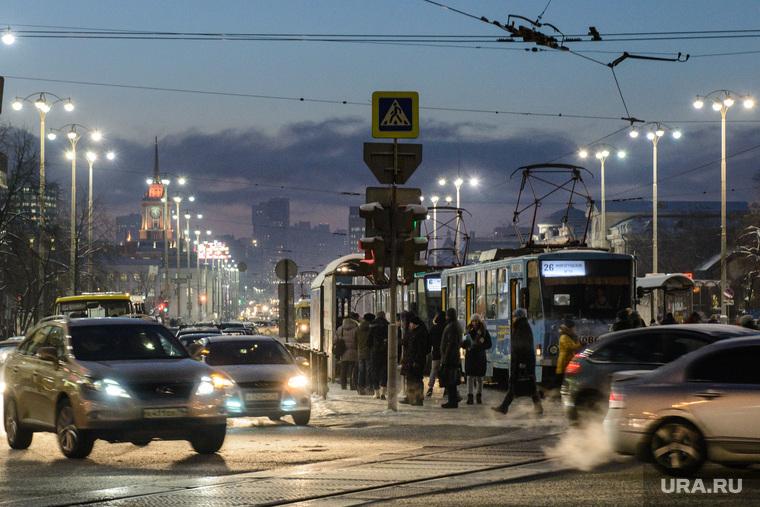 Улицы Екатеринбурга с именами деятелей советского периода, сумерки, вечерний город, проспект ленина, трамвайные пути, вечер, ночной город, огни города