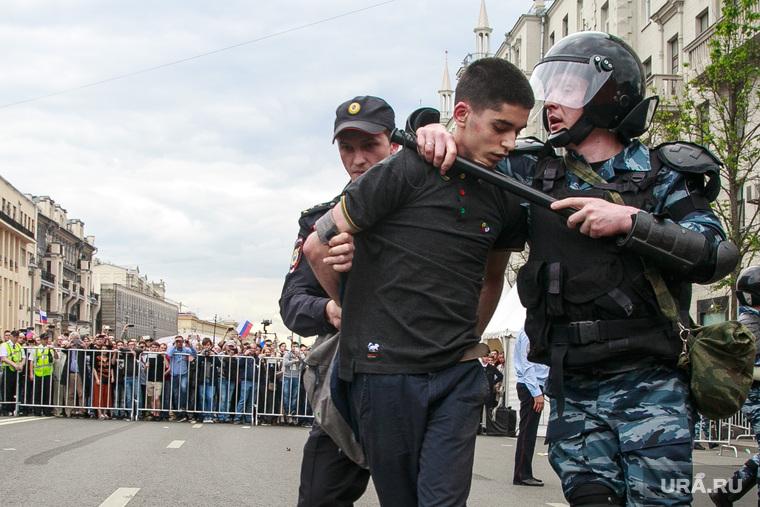 Несанкционированный митинг на Тверской улице. Москва, протестующие, тверская, митинг, автозаки, задержания, полиция, несанкционированный митинг, горожане, день россии
