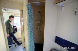 Подготовка поезда дальнего следования к рейсу: проводница в пассажирском вагоне. Екатеринбург, купе, душ, пассажирский поезд