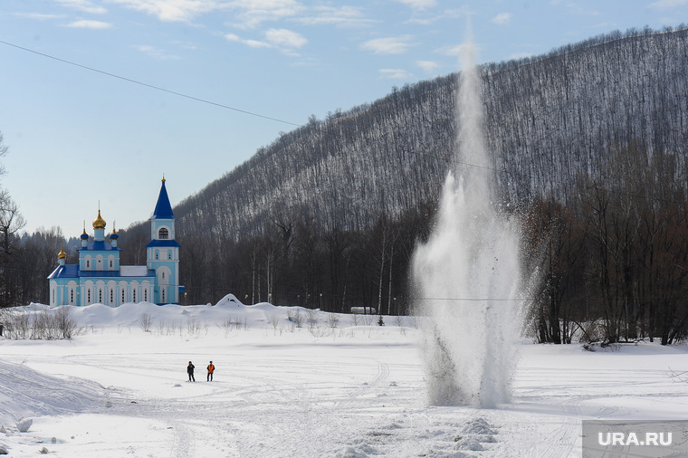 Подрыв льда в Аше перед половодьем. Обработано. Челябинск, взрыв, подготовка к паводку, церковь казанской иконы божией матери, подрыв льда